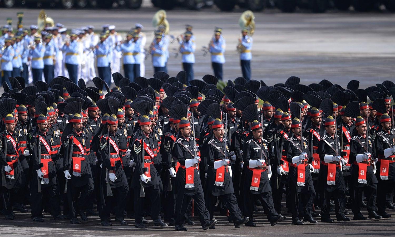 فوجی دستوں نے مہمانِ خصوصی کو سلامی پیش کی — فوٹو/ اے ایف پی