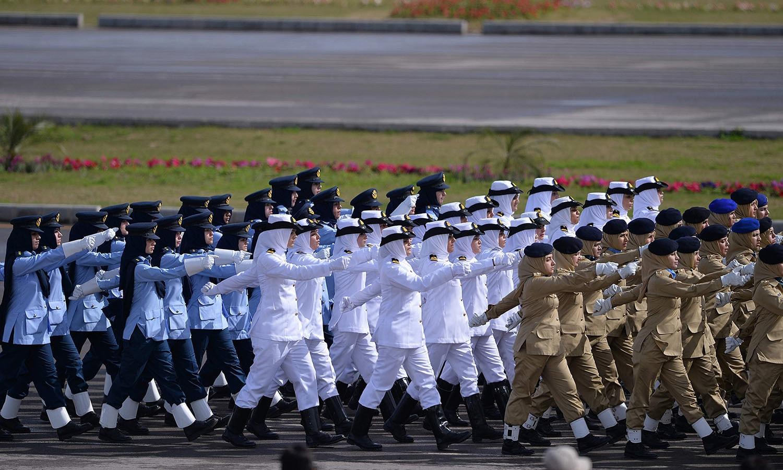 خواتین فوجیوں نے بھی اس پریڈ میں مارچ کیا — فوٹو/ اے ایف پی