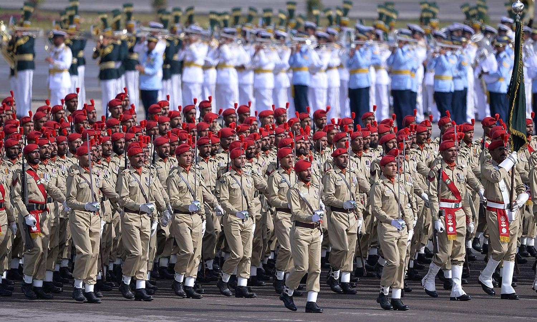 پاکستان آرمی، فضائیہ، بحریہ، فرنٹیئر کور، رینجرز، پولیس، بوائز اسکاؤٹس اور گرلز گائیڈ کے دستوں نے شاندار مارچ پاسٹ کیا — فوٹو/ اے ایف پی