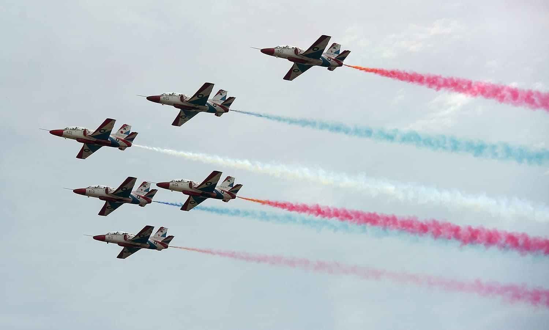 طیاروں نے  فضا میں شاندار کرتب کا مظاہرہ کرکے شرکا کا لہو گرما دیا — فوٹو/ اے ایف پی