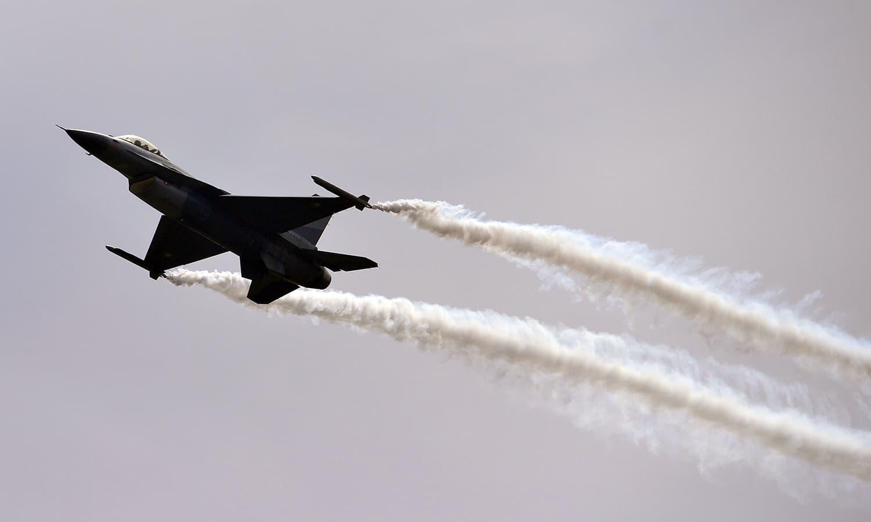 پاک فضائیہ کے طیاروں نے شاندار فلائی پاسٹ کیا — فوٹو/ اے ایف پی