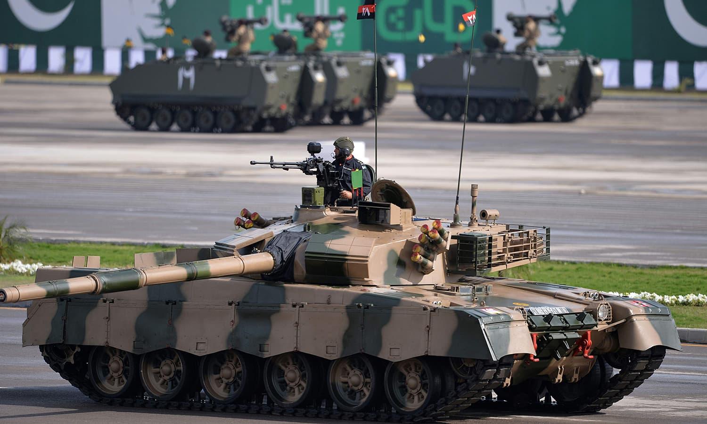پریڈ میں الخالد ٹینک، الضرار ٹینک اور میزائل دستوں نے بھی مہمان خصوصی کو سلامی پیش کی — فوٹو/ اے ایف پی