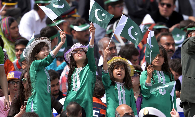 بچے بھی پریڈ کے دوران لطف اٹھاتے نظر آئے — فوٹو/ اے ایف پی