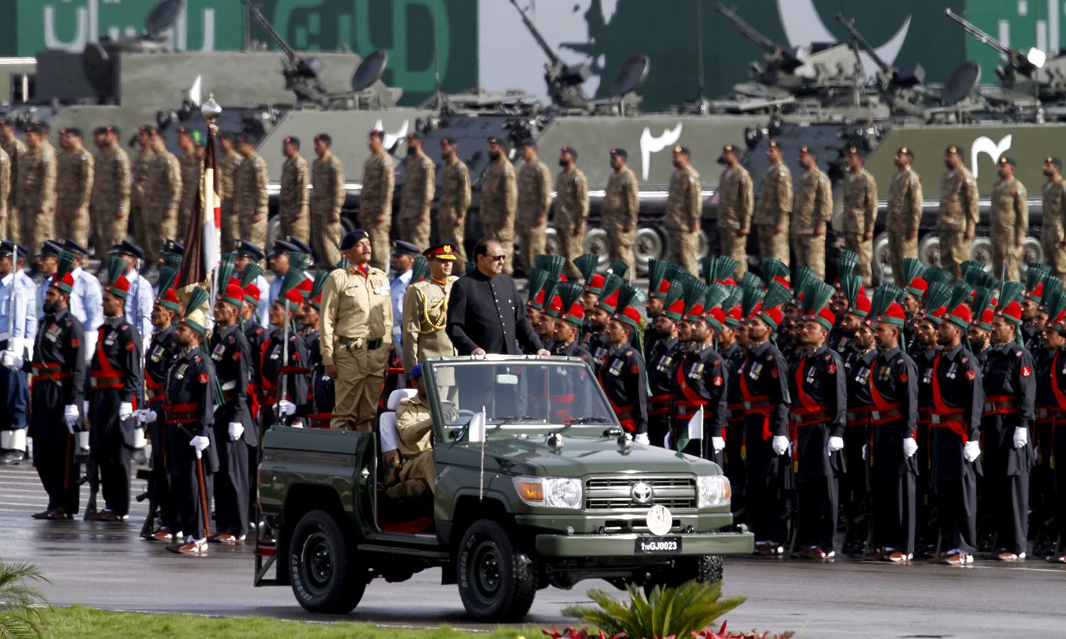President Mamnoon Hussain reviews the Pakistan Day military parade. ─ AP