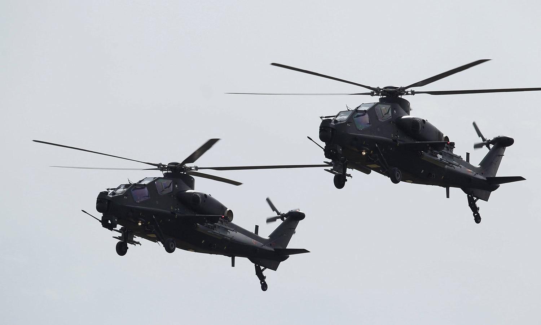 کوبرا ہیلی کاپٹرز سلامی کے چوبترے کے سامنے سے گذشر رہے ہیں — فوٹو: رائٹرز