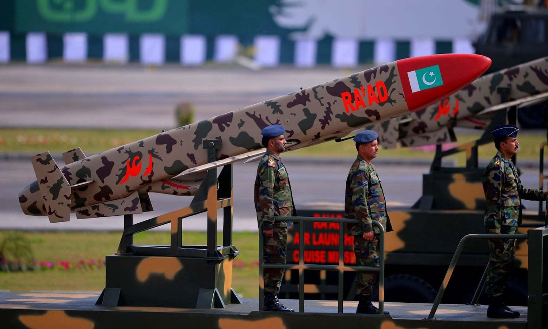 فوجی جوان یوم پاکستان کی پریڈ کے دوران ایک گاڑی پر موجود ہیں جس پر 'رعد' میزائل رکھا گیا ہے — فوٹو/ اے ایف پی
