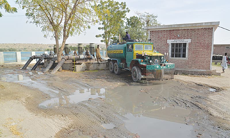 A tanker takes water from a pumping station in Mithi