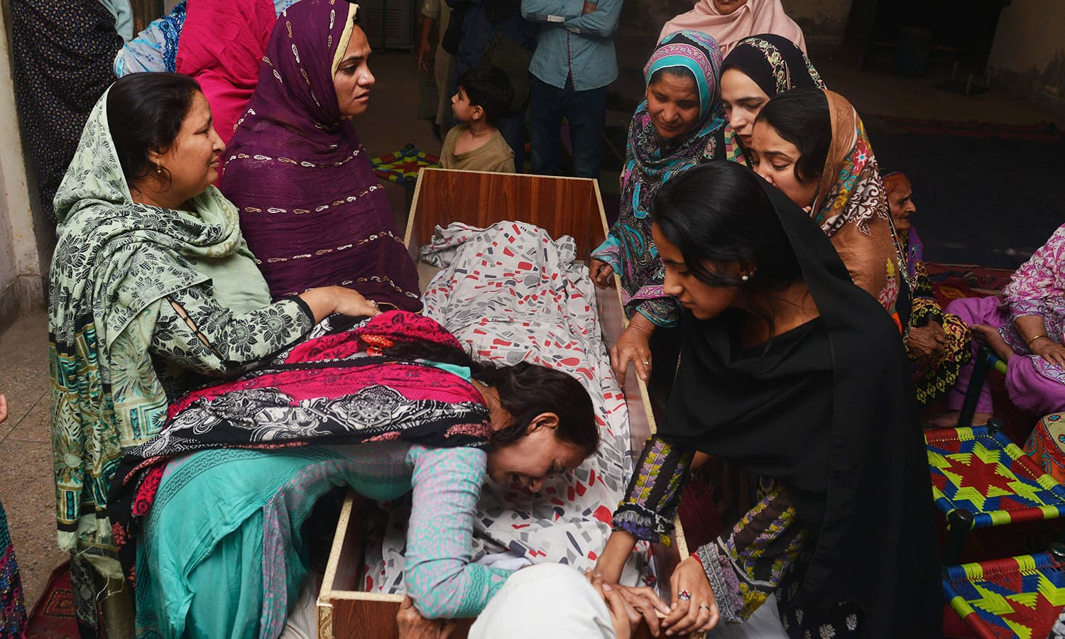 Relatives mourn over the body of a victim during a funeral following an overnight suicide bombing in Lahore on March 28, 2016.─AFP