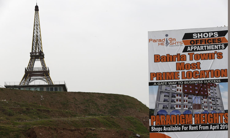 اسلام آباد کے باہر ایک پر فضا مقام پر واقع بحریہ ٹاؤن میں ایفل ٹاور بھی تعمیر کیا گیا ہے—۔فوٹو/ رائٹرز