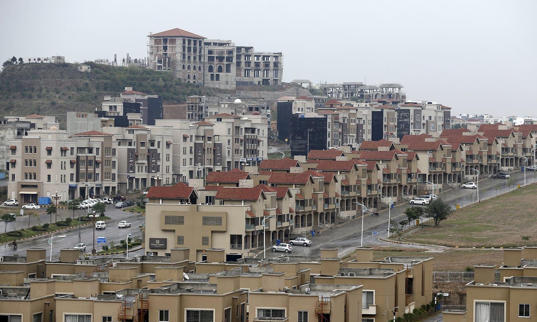 بحریہ ٹاؤن میں واقع گھروں کا ایک منظر—۔فوٹو/ رائٹرز