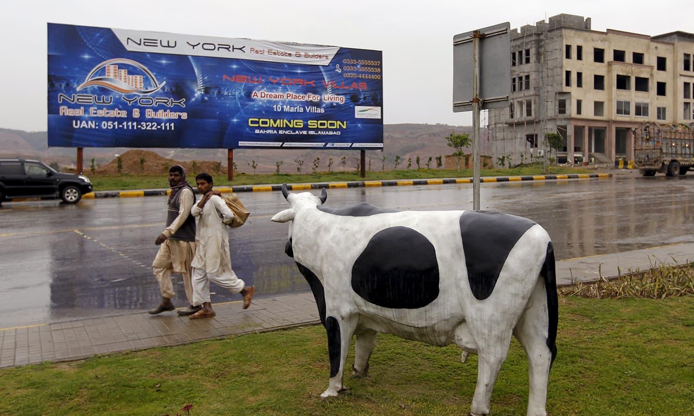 اسلام آباد کے باہر واقع بحریہ ٹاؤن کا ایک منظر—۔فوٹو/ رائٹرز