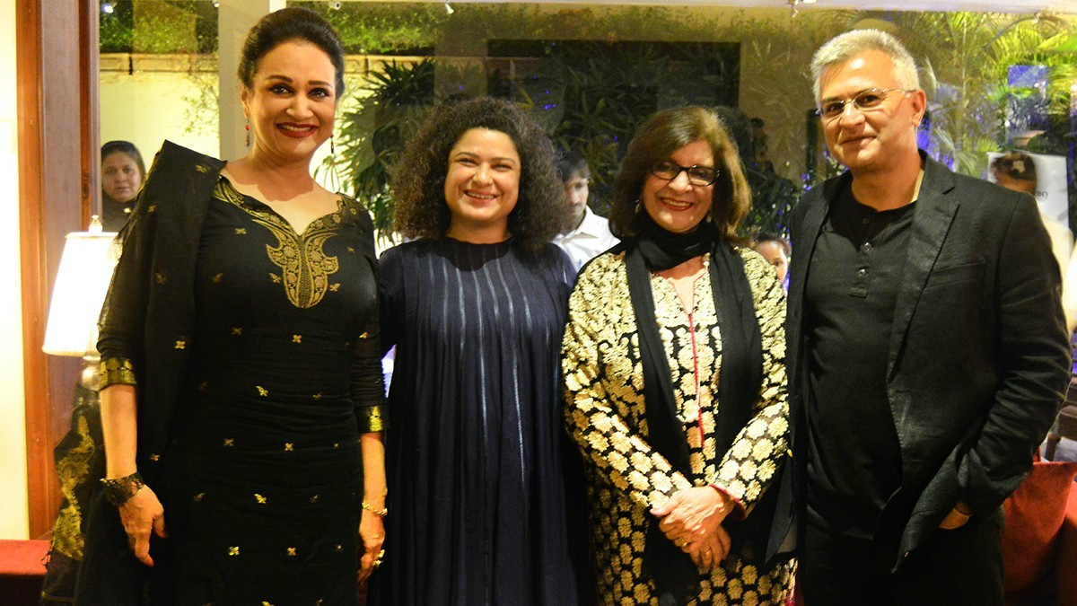 Actors Bushra Ansari and Sania Saeed, HUM Network President Sultana Siddiqui and film journalist Hasan Zaidi at the dinner