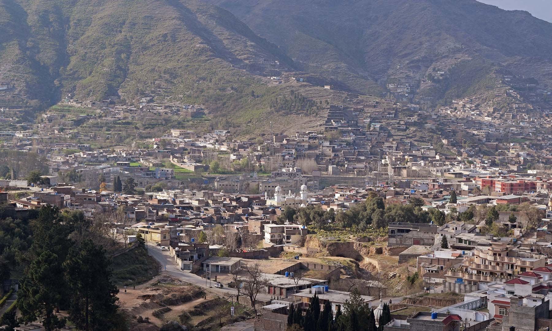 مقامی پہاڑی سے سیدو بابا کا مزار نمایاں ہے— فوٹو امجد علی سحاب