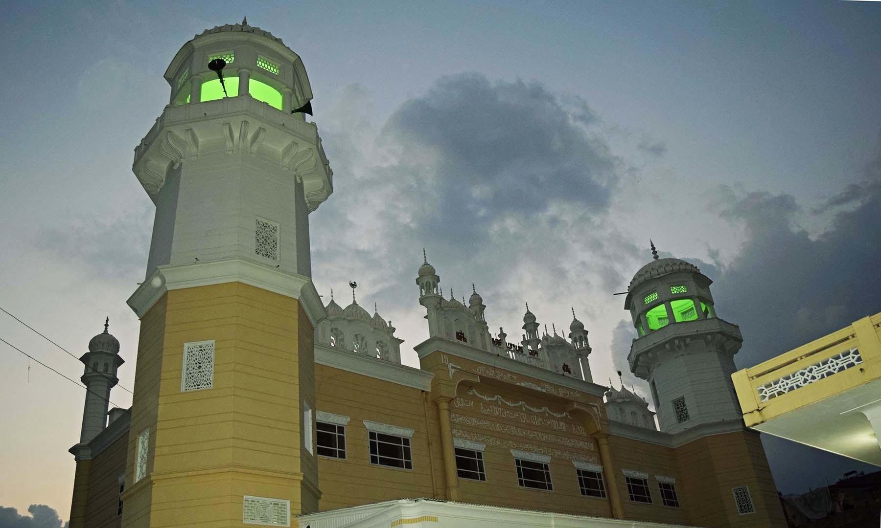 شام کے وقت سیدو بابا مسجد کے میناروں میں سبز رنگ کے قمقمے روشن ہیں— فوٹو امجد علی سحاب