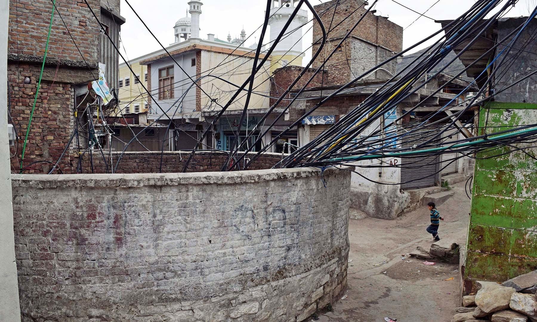سیدو بابا کا چشمہ جہاں اب لاتعداد الیکٹرک موٹر نصب ہیں اور پانی استعمال کے قابل نہیں رہا— فوٹو امجد علی سحاب