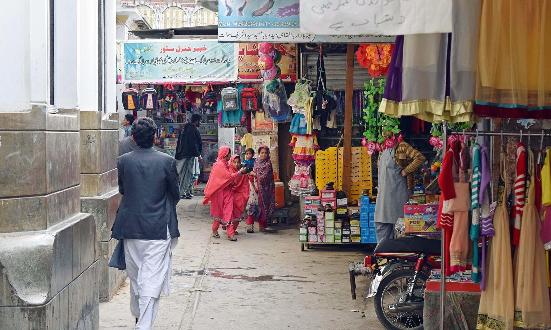 سیدو بابا بازار کے دن کے وقت کا منظر— فوٹو امجد علی سحاب