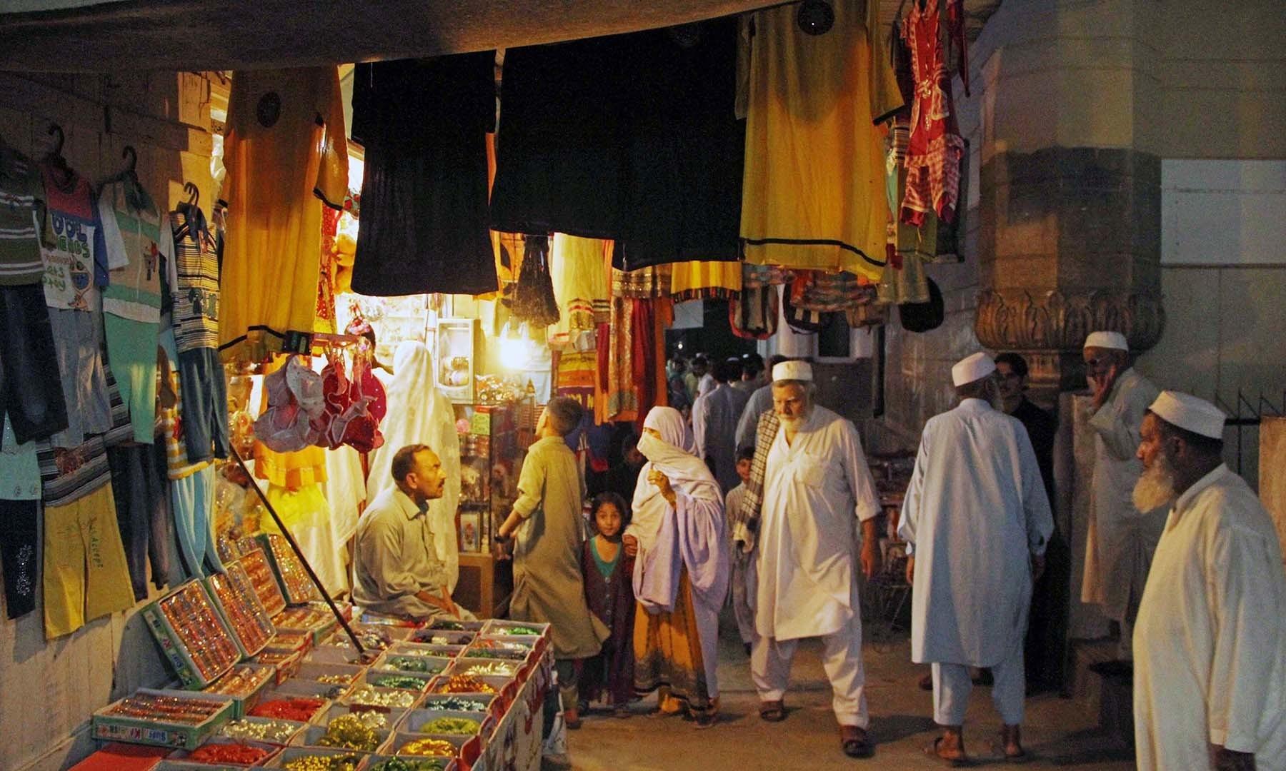 سیدو بابا بازارکے شام کے وقت کا منظر— فوٹو امجد علی سحاب
