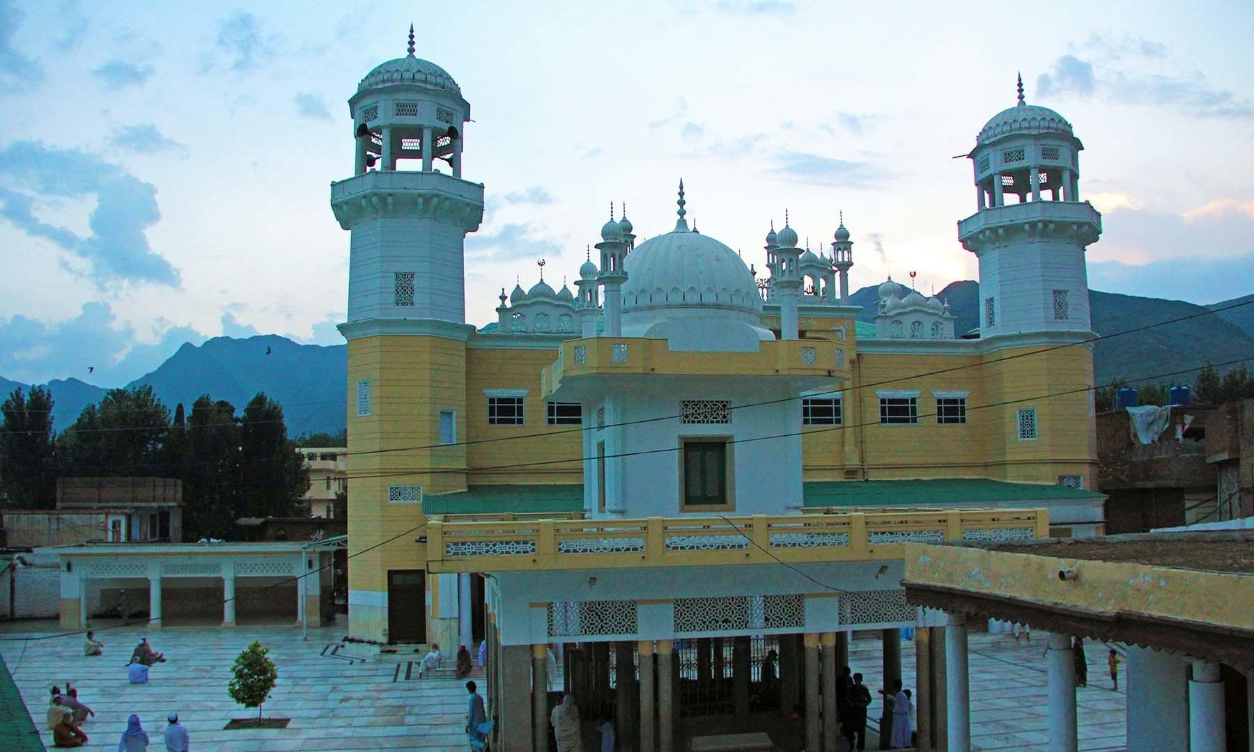غروبِ آفتاب کے وقت سیدو بابا مزار اور مسجد کی لی جانے والی تصویر— فوٹو امجد علی سحاب
