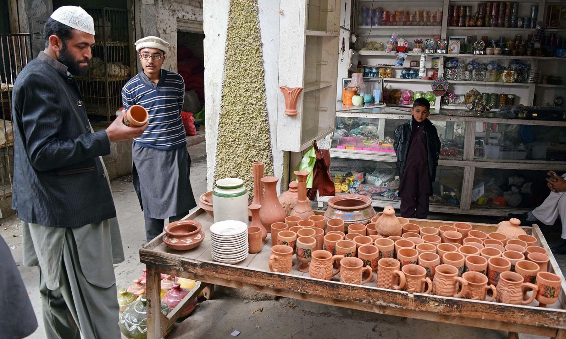 سیدو بابا بازار میں مٹی کے برتن بہت مقبول ہیں— فوٹو امجد علی سحاب