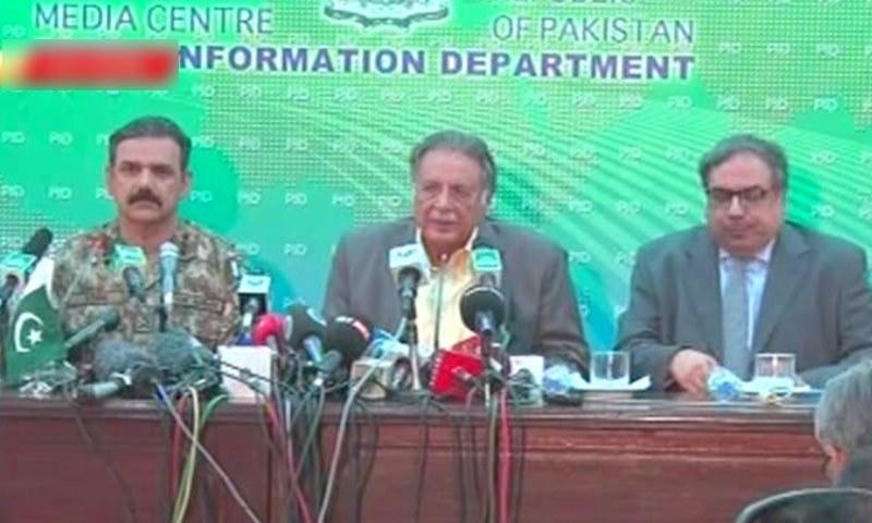 وفاقی وزیر اطلاعات پرویز رشید اور فوج کے ترجمان عاصم باجوہ نے مشترکہ پریس کانفرنس کی— فوٹو: ڈان نیوز