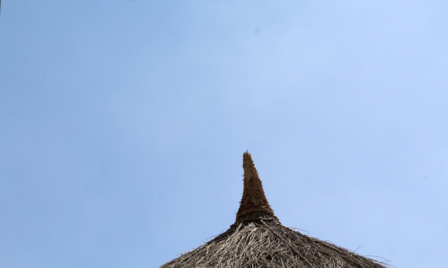 چوئنرے کے اوپر چونچ  نظر آرہی ہے جو کہ ہندؤوں کے چونرے کی ایک مخصوص علامت ہے۔— فوٹو اختر حفیظ۔