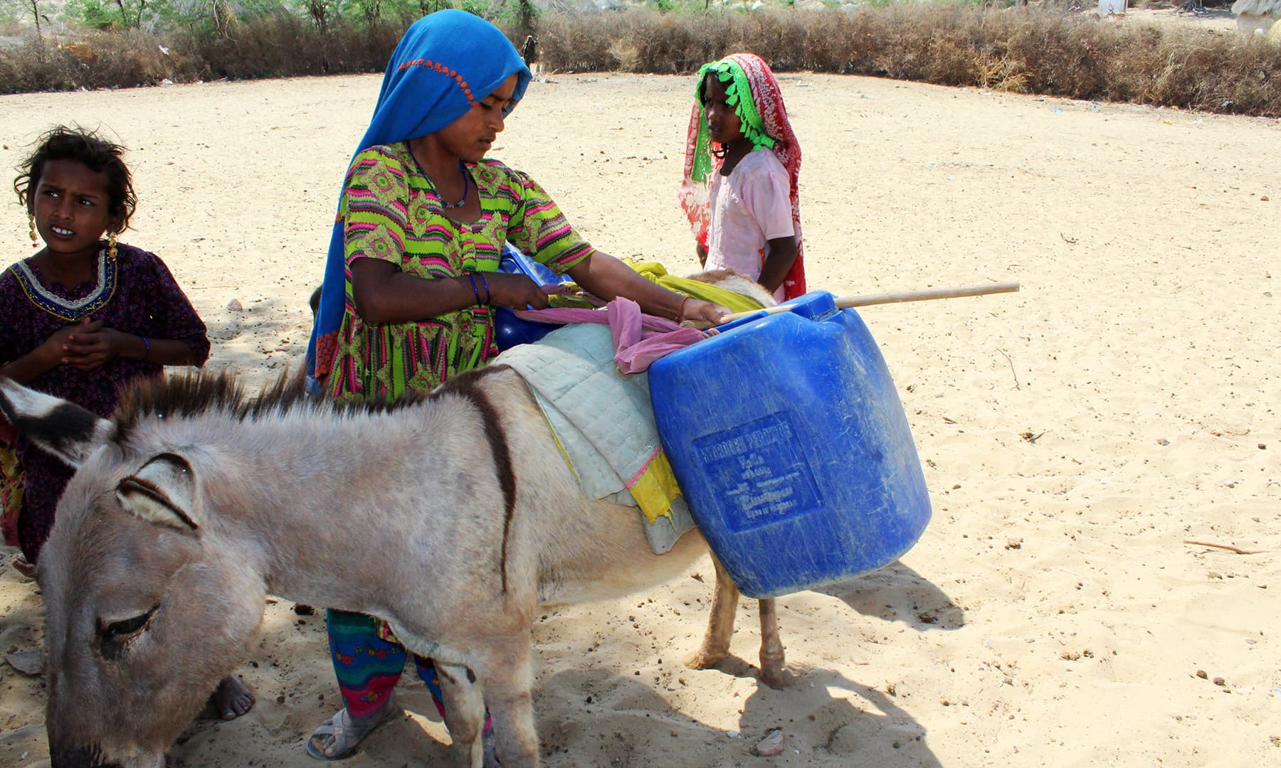 تھر میں پانی کے لیے بچوں کو بھی شدید مشقت کا سامنا کرنا پڑتا ہے۔— فوٹو اختر حفیظ۔
