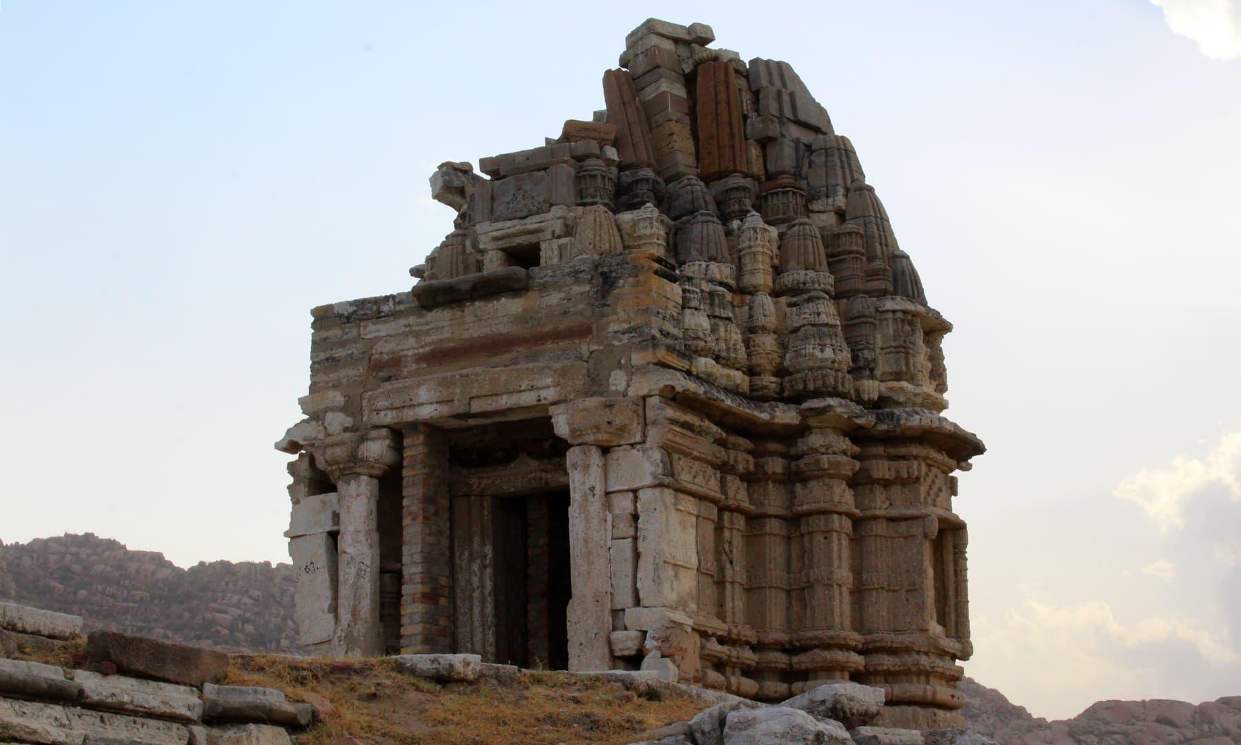 کارونجھر کے دامن میں قائم جین مندر جو اب تباہی کا شکار ہے۔ — فوٹو اختر حفیظ۔