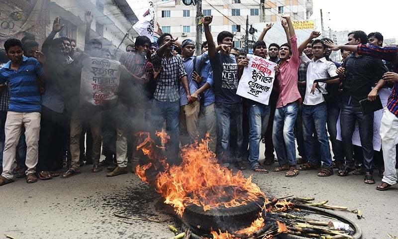 طالب علم کے قتل کے بعد ڈھاکا میں مظاہرہ کیا جارہا ہے—اے ایف پی۔