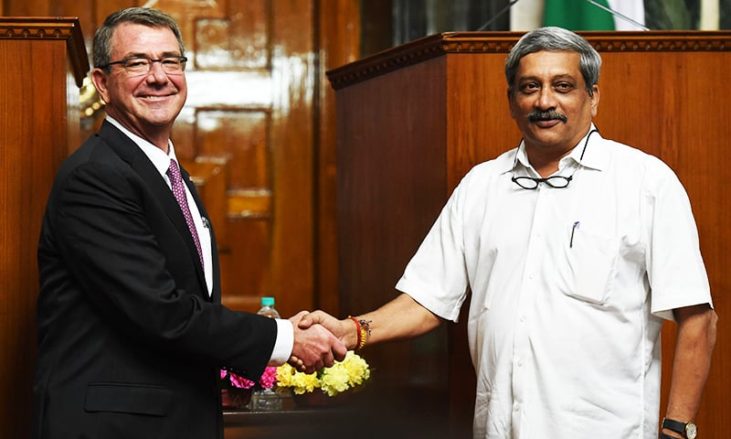 US Defence Secretary Ashton Carter (L) shakes hands with Indian Defence Minister Manohar Parrikar after a press conference in New Delhi. ─ AFP