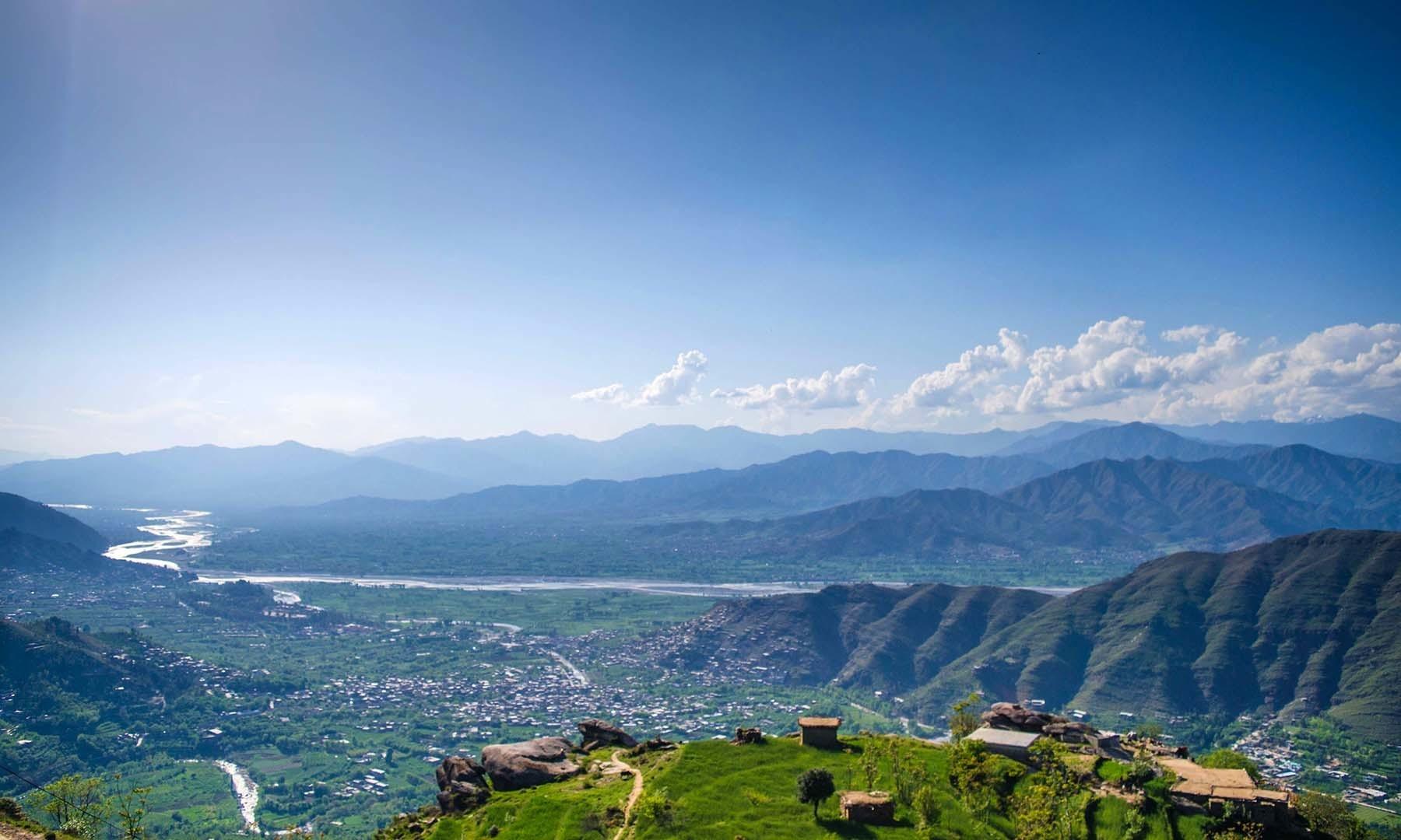 چجو گٹ سے نیچے منگلور گاؤں اور دریائے سوات کا ایک دلفریب نظارہ۔— فوٹو امجد علی سحاب