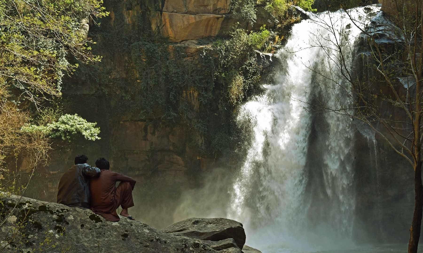 شنگرئی آبشار۔— فوٹو امجد علی سحاب