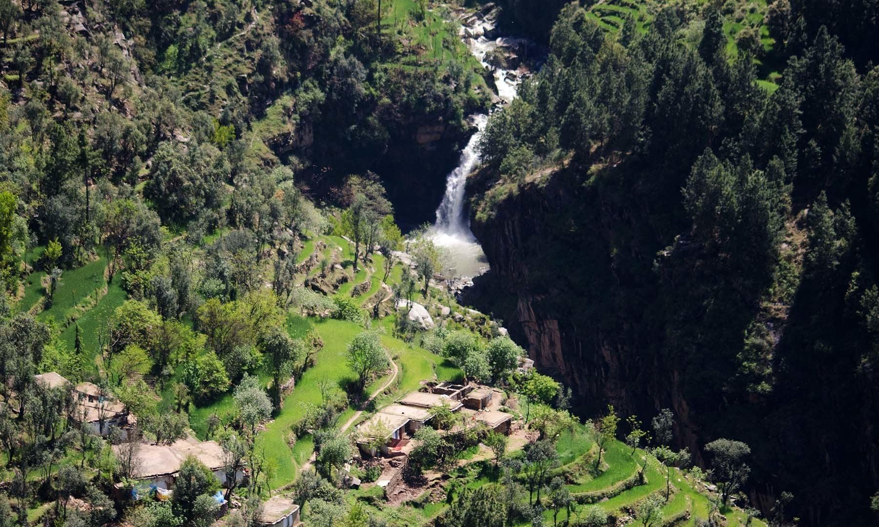 شنگرئی گاؤں سے آبشار کا ایک دلفریب منظر۔— فوٹو امجد علی سحاب