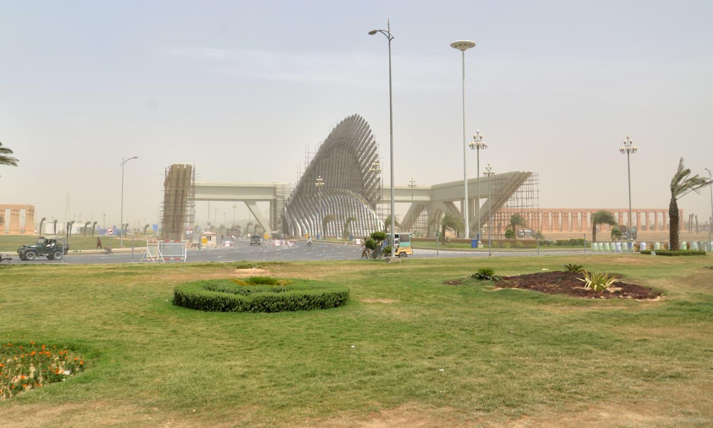 بحریہ ٹاون کا داخلی دروازہ ─ فیصل مجیب/وائٹ سٹار