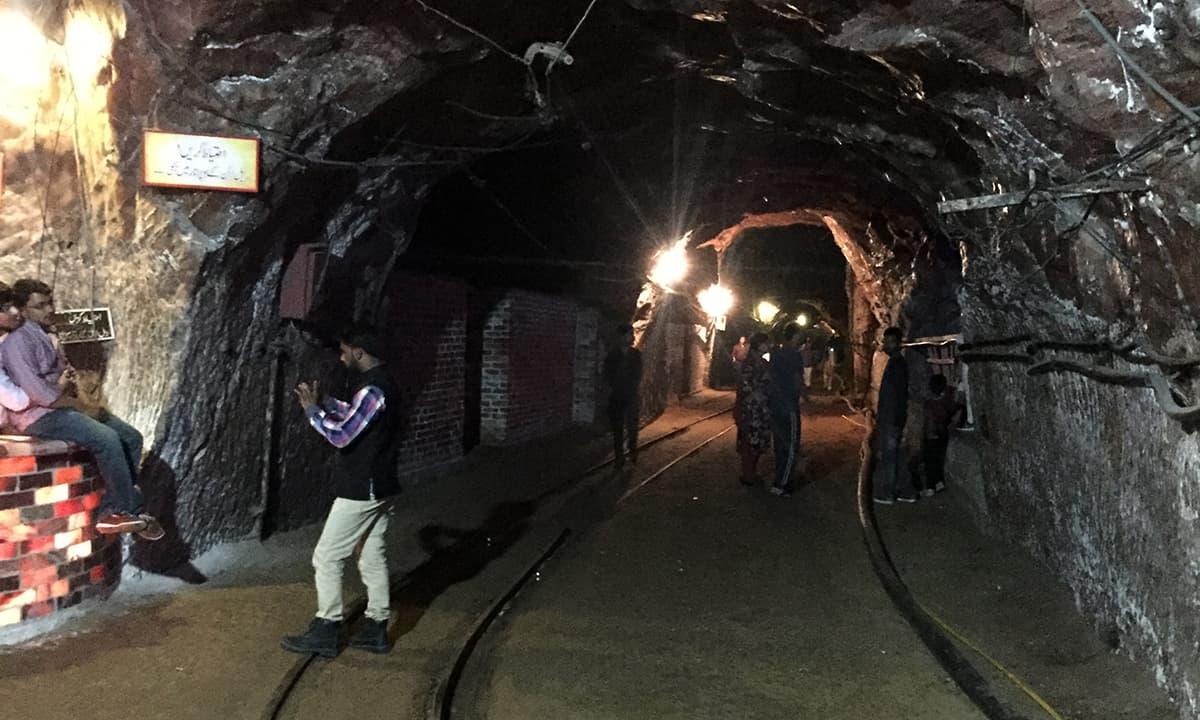 ٹرین کی پٹری اور اوپر لگیں بجلی کی تاریں۔ جن کی مدد سے ٹرین چلتی ہے – تصویر نوید نسیم