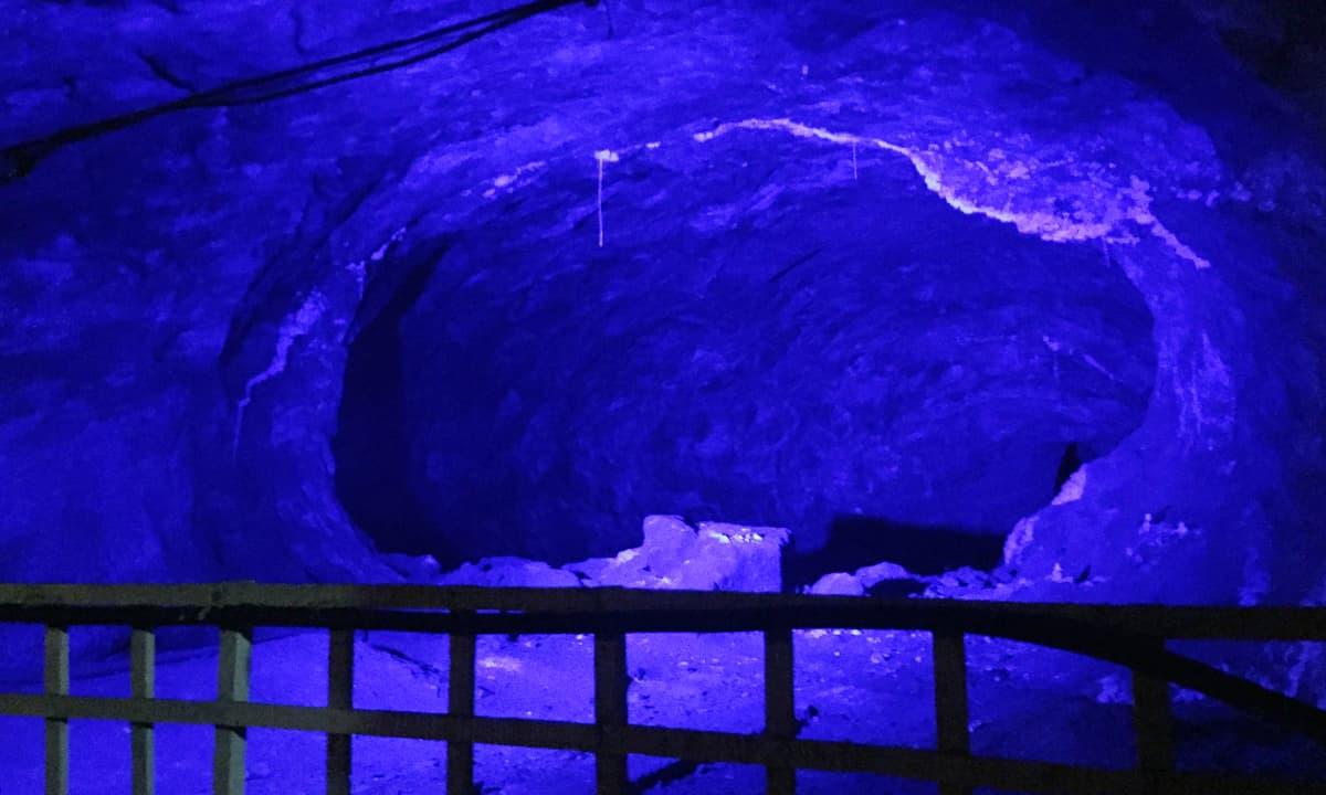 کان میں موجود غاروں کو مختلف رنگوں کی بتیوں سے روشن کیا گیا ہے – تصویر نوید نسیم