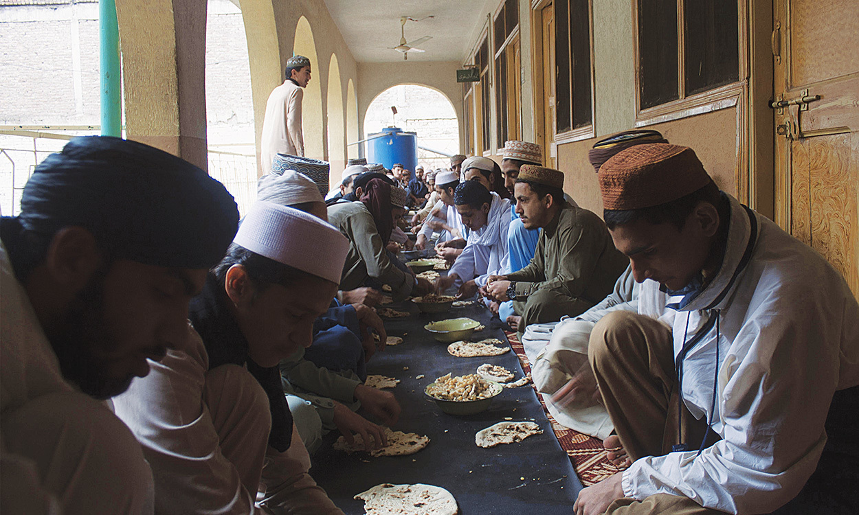 Lunch at the Jamia Junaidiyah Ghafooriyah madrasa, Peshawar | Ghulam Dastageer