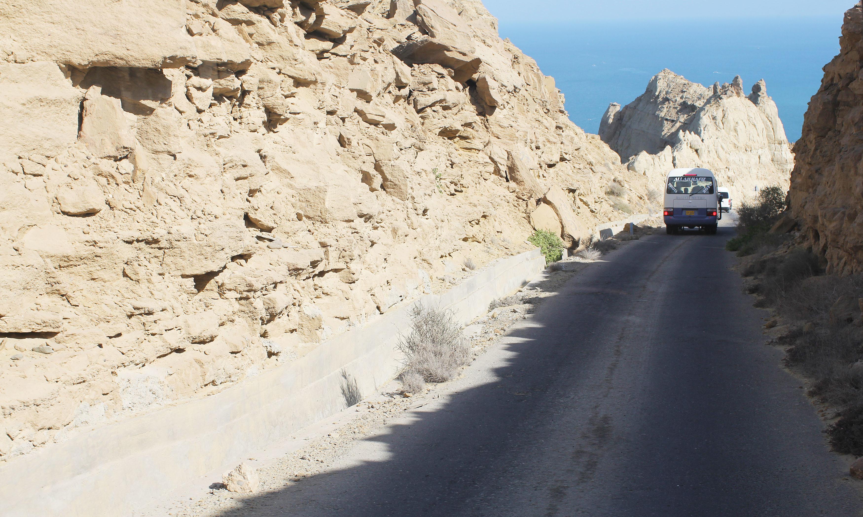 آر ڈی ایس میانوالی کی طرف جانے والی پرخطر سڑک۔