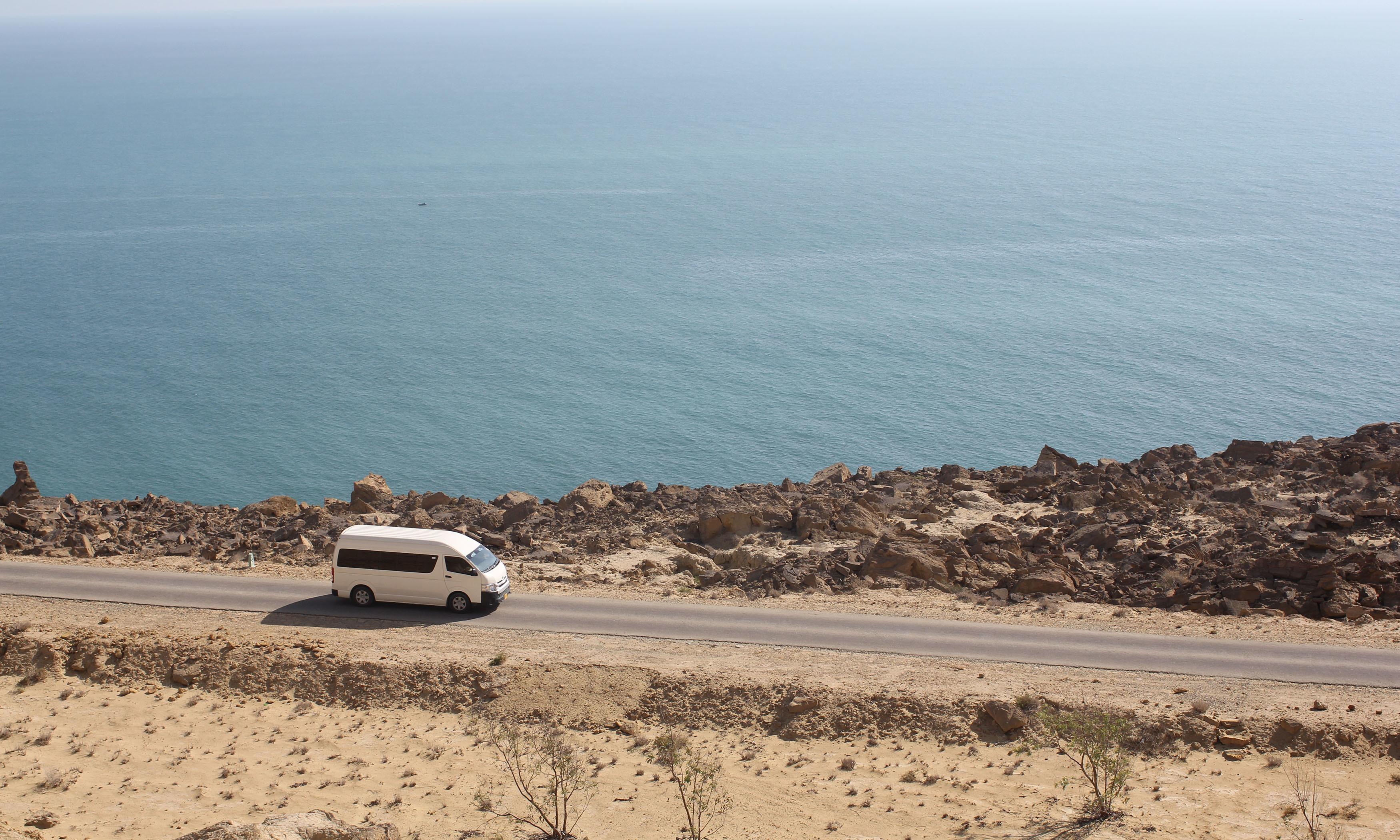 اورماڑہ کے قریب سمندر کراچی کے آلودہ سمندر کے برعکس صاف ہے۔