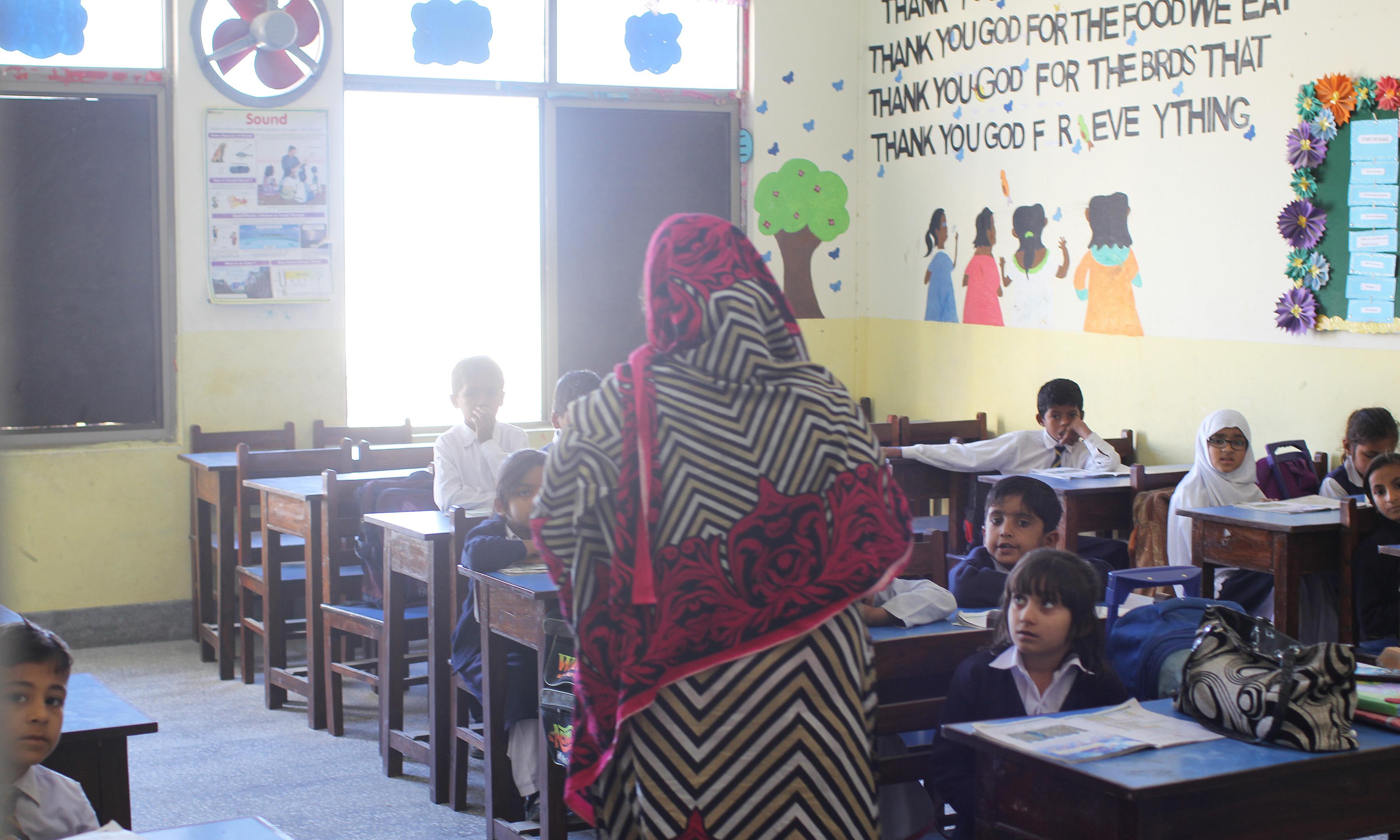 نیوی کے زیر اہتمام اسکول میں مقامی بچوں کو برابر مواقع کے ساتھ معیاری تعلیم فراہم کی جاتی ہے۔
