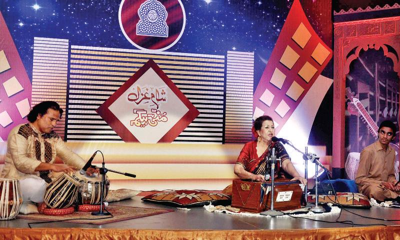 Munni Begum entertains the audience with her ghazals at Rawalpindi Arts Council.