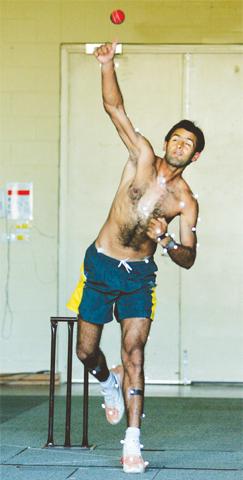 Shoaib Malik undergoing testing in Australia in 2004