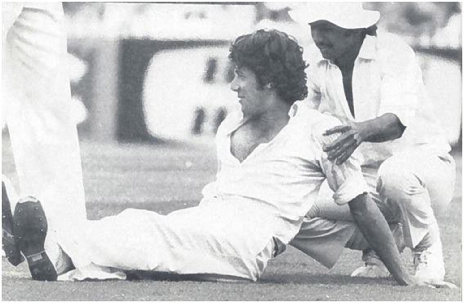 Imran takes a break with Miandad during his marathon spell in the first innings of the 3rd Test.