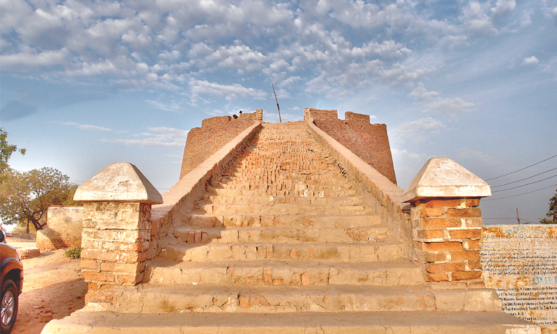 Stairs leading to the lookout  point  at the Umerkot Fort. —Photo courtesy: Wikimedia Commons