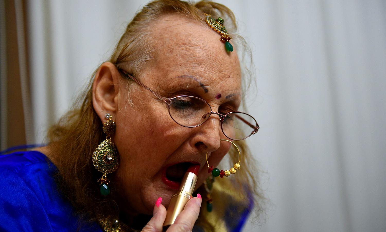 Betty Ann Archer applies lipstick. ─ AFP
