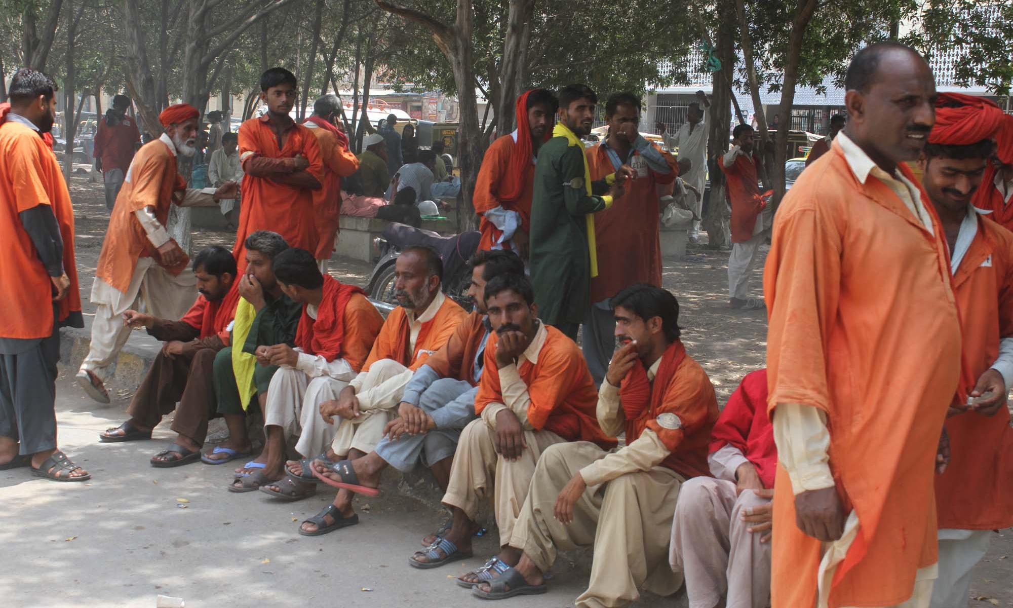 150 سال سے قلی سرخی مائل نارنجی رنگ کا یونی فارم پہنے نظر آتے تھے — فوٹو :  پی پی آئی