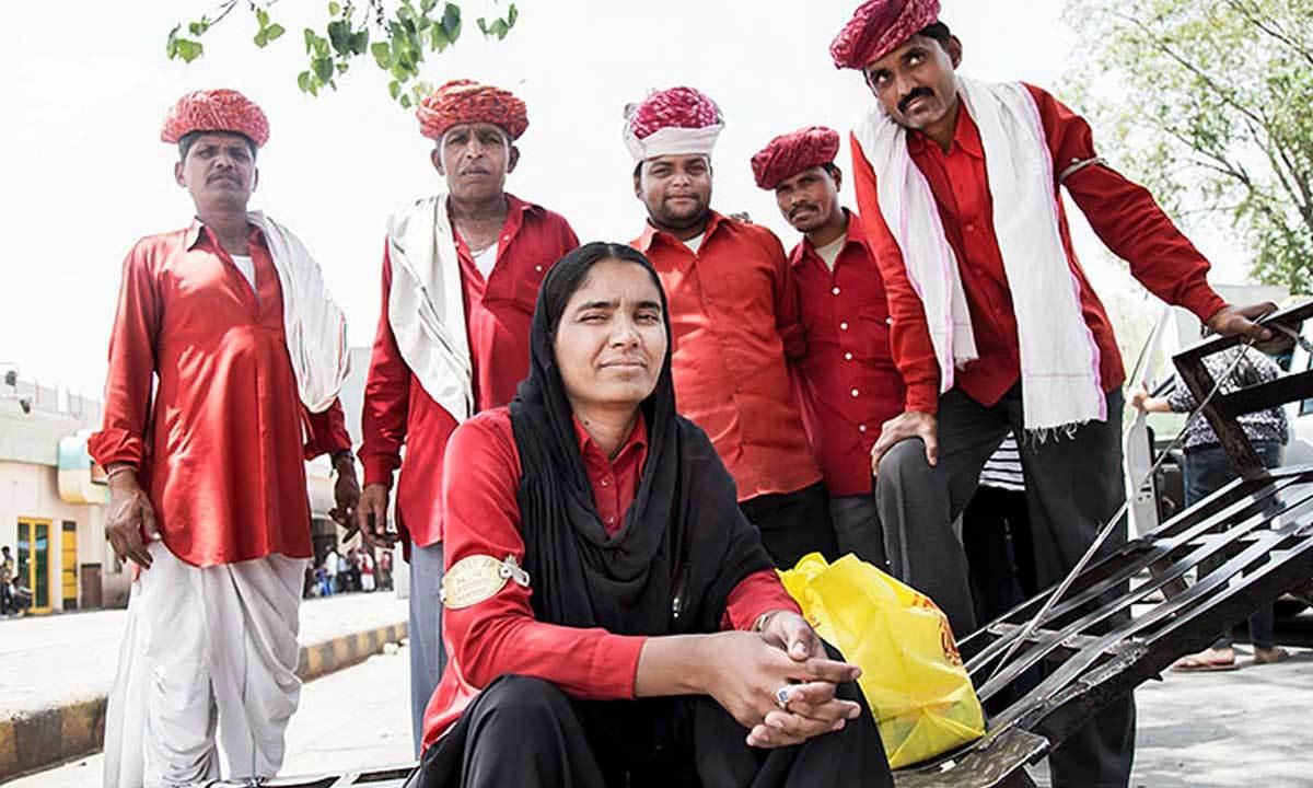 پاکستان میں تو کوئی خاتون قلی نہیں ہے البتہ ہندوستان میں بعض اسٹیشنوں پر خواتین قلی نظر آ جاتی ہیں — فوٹو: بشکریہ سوشل تہلکہ