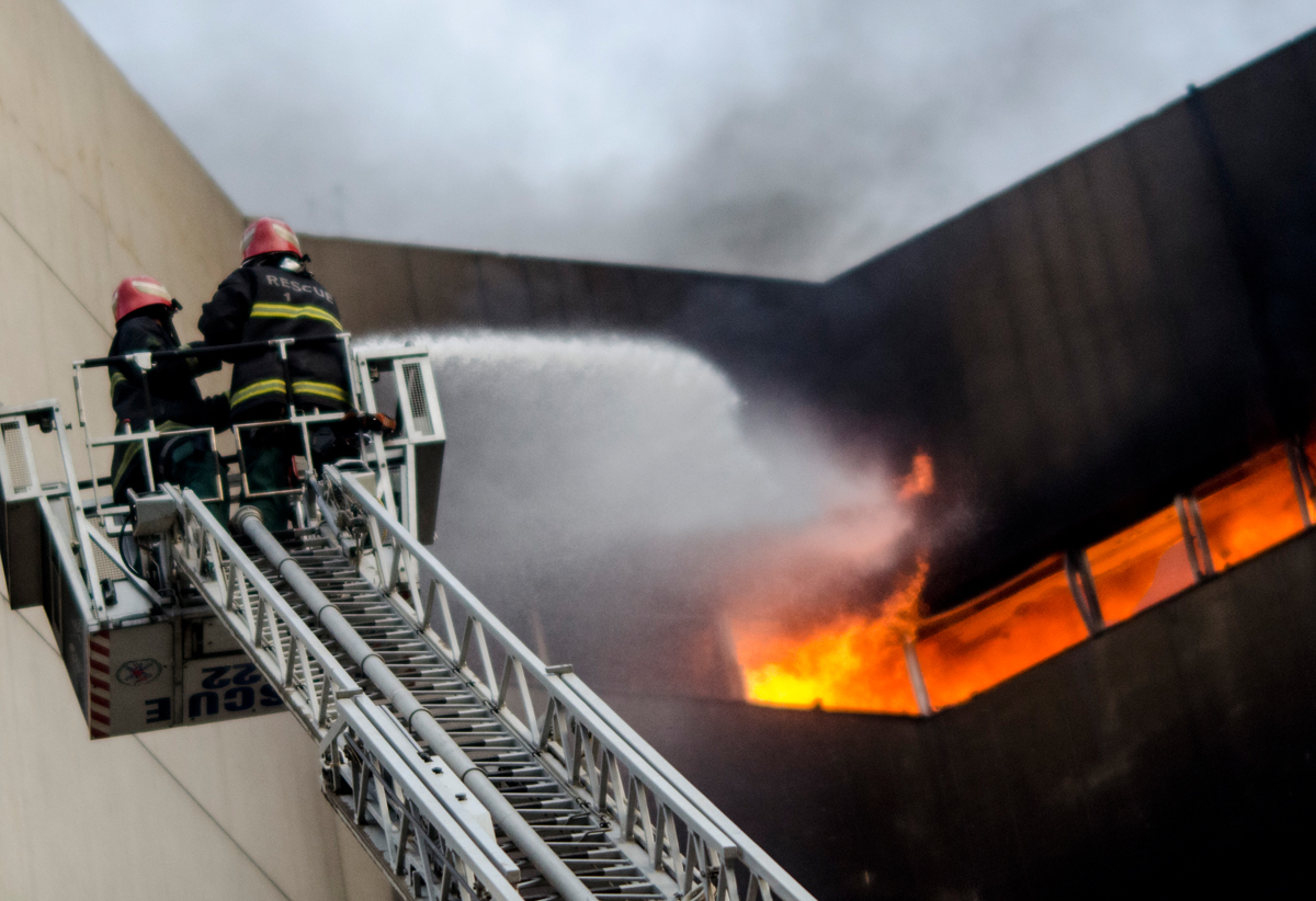 Rescue 1122 workers extinguish a fire blazing at LDA Plaza in Lahore | Saad Sarfaraz