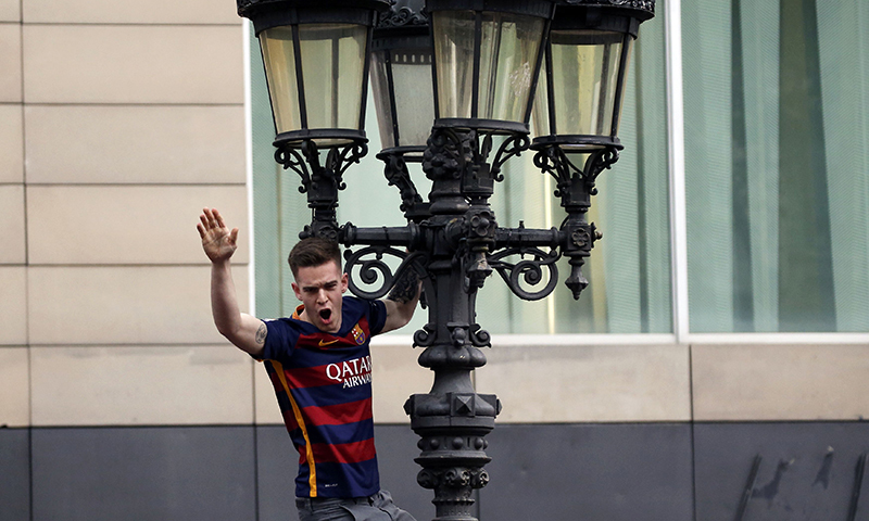 A Barcelona's fan celebrates after winning the Spanish first division soccer championship in Barcelona.─Reuters