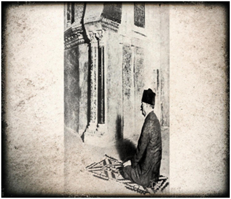 علامہ اقبال مسجدِ قرطبہ میں نماز ادا کرتے ہوئے.