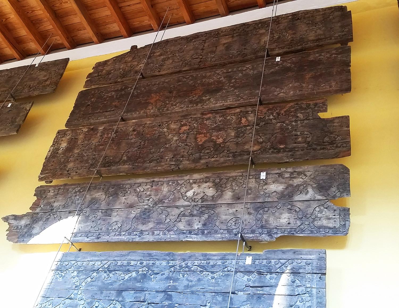 مسجد میں استعمال ہونے والی اصل لکڑی نمائش کے لیے رکھی گئی ہے.— تصویر بشکریہ لکھاری